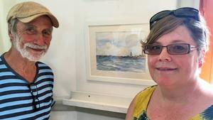 Konstnären Ingmar Ericson och besökare Camillha Fahlberg framför Camillhas favoritmotiv.