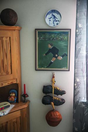 Det mesta i Börje Svedjestens lägenhet i centrala Myrviken handlar om fotboll.