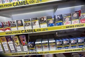 Tobaksförsäljare måste numera ha tillstånd. Jan Bakken i Fredriksberg fick betala 8 000 kronor för tillståndet och sedan tillkommer en årlig tillsynsavgift på 1 500 kronor. Alla i detaljhandeln som säljer tobak betalar samma avgift.