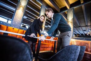 Viktor Lindbäck, som arbetar för inredningsproducenten Resize design, och inredaren Sophia Björnsdotter är glada att allt börjar komma på sin plats.