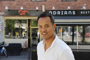 – Det är ett tillfälligt bygglov och vi håller på och ansöker om att förlänga med fem år. Politikerna har ju sagt ja två gånger tidigare. Det är bara att hoppas, säger Duong Thach, ägare till Adrians restaurang på Södermalmstorg.