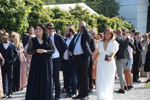 De var många som väntade i värmen på att lämna champagnefrukosten och fortsätta avslutningen i kyrkan.