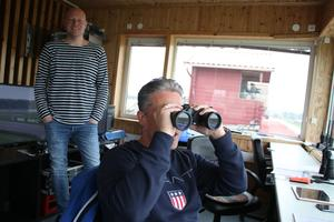 I bland är det bra att ta kikaren till hjälp för att se så att allt går rätt till. Stefan Kanestad är måldomare och granskar loppen. I bakgrunden syns även Johan Pettersson.