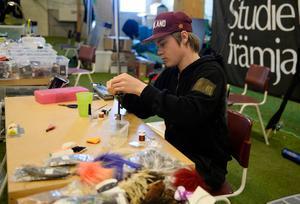 På NCC-hallen var det fiskemässa. Anton Hammarberg gör egna fiskeflugor.