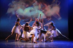 Magi uppstår när Kristine Westman Elorzas dans möter Robert Ferms bilder. Foto: Robie Törnell