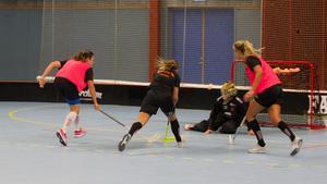 Therese Gustafsson dribblar sig fram mellan backarna, men lyckas inte sätta bollen på burväktaren Helen Bircher.