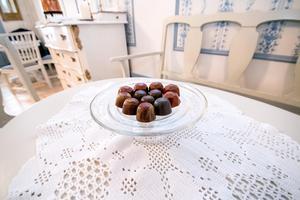 Praliner är en nyhet på Elsas. Här syns de i smakerna blåbär, hallon/passionsfrukt och hasselnötsnougat.