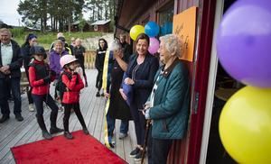 Flertalet generationer var på plats inför avslutningen och invigningen. Föreningens ordförande, Ulrica Widmark Norberg (i mitten) känner sig lättad över att de nu kan vi driva verksamheten på ett helt nytt sätt.