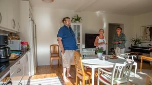 Torbjörn Andersson, Dorrit Johansson och Gunilla Andersson i det kombinerade köket och vardagsrummet hemma hos Torbjörn och Gunilla.