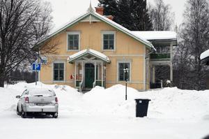 Sedan några år är det bara Vansbrosimningens kansli i Herrgården och nu vill de köpa fastigheten.