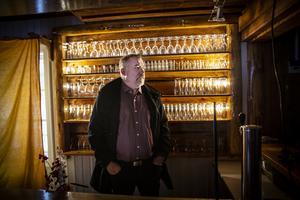 Snön har precis lagt sig på vägen in till Ramsjö. Vintern har snart tagit sitt grepp över byn, och lagt sig som ett vitt täcke över både hustak och gräsmattor. Tidningen träffar Göran Hammarström i Ramsjö gamla skola, där byarådet har sin lokal.