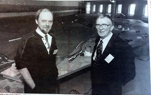 ÖA 15 mars 1994. Nils-Olof hammarbäck, Umeå, är projektledare för utställningen Botniamodellen och här pratar han med en tidig tillskyndare av en förlängd Ostkustbana, före detta riksdagsman Rolf Sellgren, Örnsköldsvik, som redan 1969-70 lyfte fram behovet av ett industrispår till Husum.