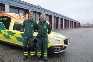 Viktor Gerdin och Uno Jonsson, sjuksköterskor vid regionens ambulansverksamhet på plats vid den tillfälliga utryckningsstationen vid Nerikes brandkår, Aspholmen.