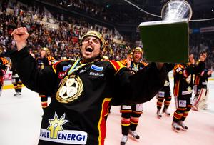 Guldjublet 2012. Daniel Widing firar SM-guldet med Brynäs. Bild: Bildbyrån