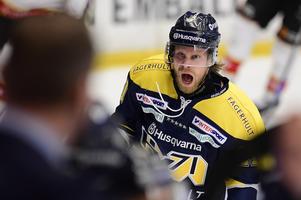 Mattias Tedenby jublar efter mål. Nu blir han kvar i HV71 i ytterligare tre år.