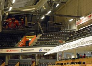 Här uppe, under taket i Fjällräven Center, är numera bortasupportrarna placerade under Modos matcher. LuleåFans var på besök härom veckan – och åkte hem mycket missnöjda.