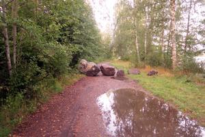 Vägen ner till Festholmen är sedan en tid stängd med stora stenar. Det har gjorts av markägaren Pär Jinnestrand.