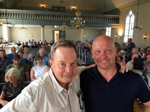 Karl Hedin och arrangören Anders Gidrup som bjudit in vargdebattören att föreläsa i Tyngsjö kyrka.
