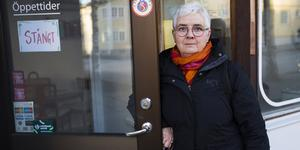 """Ägaren Anneli Ottosson låser dörren för sista gången. Hon kommer att sakna alla fina kundmöten. """"Det har varit jättekul"""" säger hon."""