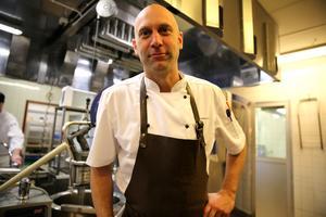Samuel Lissäng, arbetsledare för äldreboendet Lillåhems  kök är stolt över att jobba inom offenlig sektor. Han har bland annat jobbat i Fryksås, Mora och Tällberg på olika krogar.