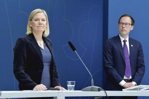 Finansminister Magdalena Andersson (S) och Mats Persson ekonomiskpolitisk talesperson för Liberalerna. presenterar ett nytt krispaket för företag.