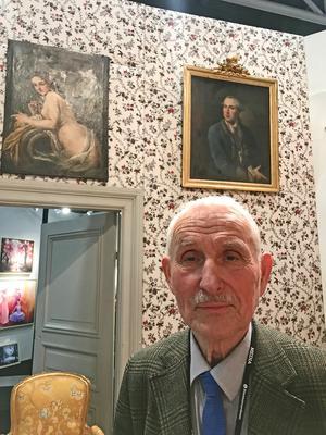 En lättklädd nymf och ett porträtt på en herre prydde väggarna i grevinnans kabinett på Åkerö herrgård på 1700-talet. Det visar en gammal målning. Tapeterna är nyproducerade efter det mönster man ser på målningen.