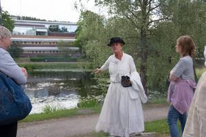 Tina Johansson vid platsen där Bröd-Stava sprang ut ur sitt brinnande hus och ner i Bünsowska tjärn, där hon drunknade. Hon blev ett av Sundsvallsbrandens fem dödsoffer.