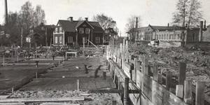 Byggnationen av brandstationen på Väsbygatan med Sala Maskinfabrik, nuvarande Metso, till höger.