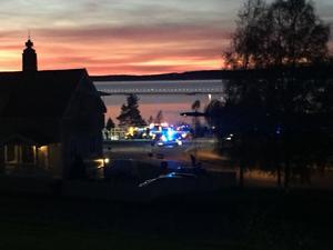 Timmerbil med släåp har vält i en rondell  i centrala Rättvik