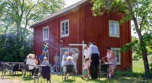 Karbenningbor firar bygdedag med en fika på sommarcaféet vid Amandahuset.