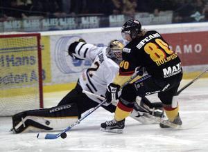 Stefan Holmgren i ett friläge borta mot AIK den 3 februari 2004.