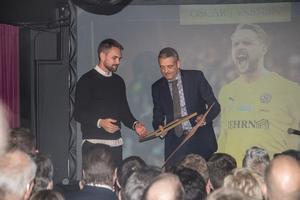 Ordföranden Calle Pauly delar ut pris till Oscar Jansson för Årets spelare.