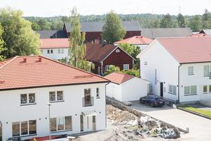 Mitt i området finns en äldre byggnad i falurött, som Södertälje kommun nu vill belägga med rivningsförbud.