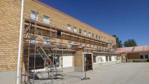 Fönsterbyte sker på Sidensjöskolan. Vilket verkligen är nödvändigt efter 60 år. Till hösten skall barnen förhoppningsvis slippa drag från dåliga fönster. Foto: Bertil Westin