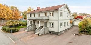 En gigantisk villa med tre lägenheter är veckans mest klickade objekt.     Foto: PAX Fastighetsmäkleri