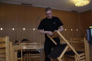 Han är händig och gillar att prata med folk. Därför passar jobbet som vaktmästare, säger  Anders Strand.