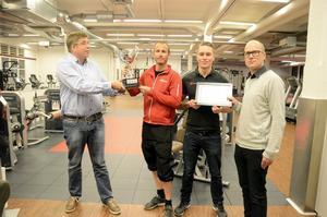 Årets Gym. Glatt överraskade gymägare fick på tisdagen ta emot pris. Från vänster: Johan Henriksson, Gym Control, Oscar Palm och Christoffer Gustafsson, Forma, och Robert Nilsson, Gym Control.