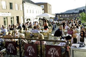 Uteserveringar – i sommar får inte restaurangerna bygga uteserveringarna av tryckimpregnerat virke.