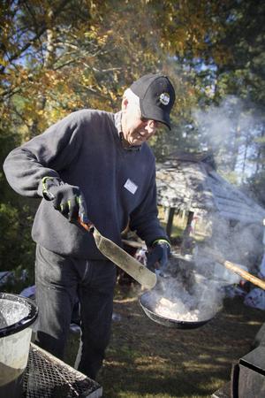 Den nystartade föreningens ordförande Karl-Erik Jonsson hade full koll på kolbullarna.