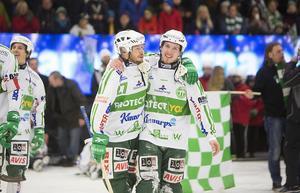 Mikael Olsson kramar om Ted Bergström, som precis avgjort semifinal 4 mot Hammarby, år 2014.