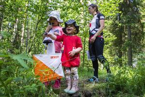Systrarna Sigrid och Alma Berglund var förtjust över att leta kontroller i skogen, med mamma Jennie Berglunds hjälp.