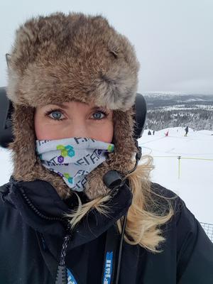 Varmt eller kallt? När Sandra Wörding är på fältet och filmar vintersport gäller det att hålla sig varm. Bilden är från skicross i Idre.