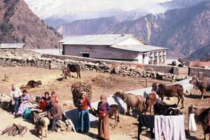 De flesta i byarna kring skolan lever enligt gamla traditioner. Många är analfabeter.
