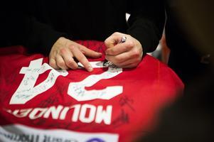 Filip Westerlund fick signera en av många Timråtröjor.