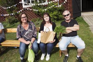 Åsa, Amanda och Rolf Vall köpte närproducerade grönsaker, som Amanda ska laga en gryta på.