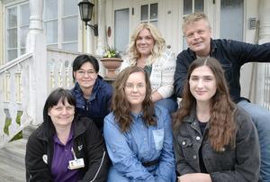 Arbetsgruppen som ligger bakom idén  hoppas att filmerna gör fler intresserade av vårdyrket. Från vänster Angelica Bilander, Malin Nordlöf, Zophie Sjölander, Ida Backlund, Conny Lindroth och Julia Näsman från hemtjänsten i Nyland och Lugnvik.
