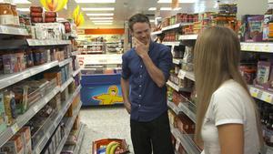 Alexander Andersson tar med brevskrivarna till mataffären, men glömmer själv plånboken. Pressbild.Foto: TV4
