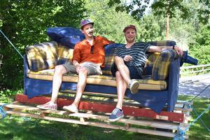 Gleb Cherneko och Niklas Lund har lärt känna varandra under danslägrets andra dag. och har redan snickrat ihop en hammock tillsammans.