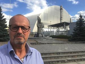 Efter katastrofen kapslades härdsmältan in i en sarkofag och när Peter Nässén besökte Tjernobyl 2008 hade den vittrat sönder och var i dåligt skick.