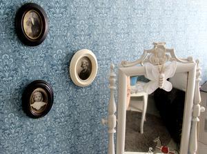Inramade fotografier av Carins mormor som hade ett liknande hus.
